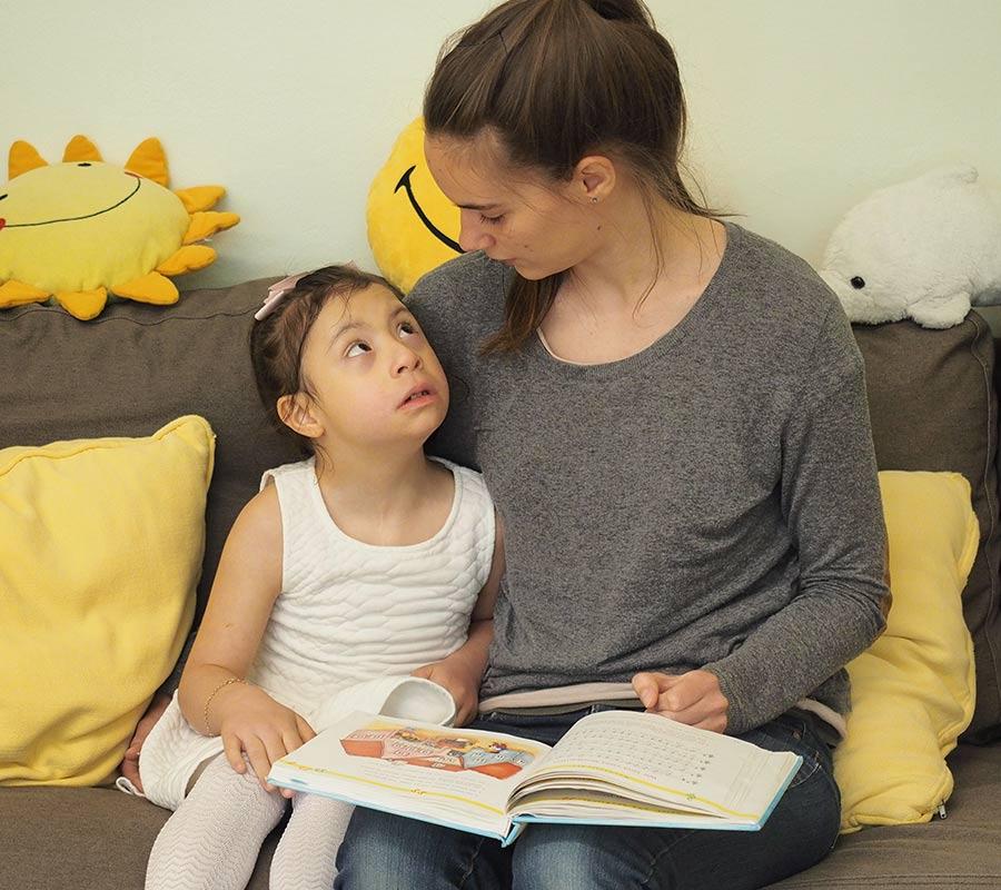 Kind bekommt Buch vorgelesen